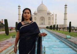 Taj Mahal woman-1137531_640