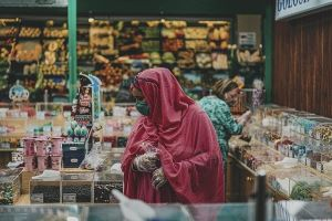 corner shop woman-5632026_640